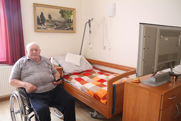 Senior in seinem Zimmer